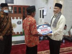 Wabup Irwan Fikri Serahkan Bantuan untuk Masjid Tanjung Sani