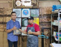 Dosen FKIP Universitas Bung Hatta Beri Motivasi dan Pelatihan E-Bisnis bagi UMKM Sablon Inyiak