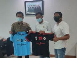 Bank Nagari Bantu Kostum Olahraga Untuk PWI Cabang Dharmasraya