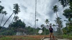 Seorang warga beraktivitas di dekat infrastruktur jaringan 4G USO yang dikelola XL Axiata di Desa Mekar Jaya, Bunguran Barat, Natuna, Senin (04/10/2021). XL Axiata kembali terpilih sebagai mitra pemerintah untuk mengelola dan menyediakan layanan seluler 4G di 132 desa kategori 3T (terdepan, terluar, dan tertinggal) yang berlokasi di 7 provinsi di Sumatera. Sebagian besar di antaranya berada di pulau-pulau terluar yang perbatasan dengan perairan internasional, termasuk di Kepulauan Mentawai. (ist)