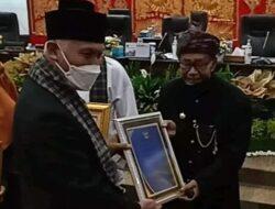 Yus Dt Parpatiah Terima Anugerah Kebudayaan